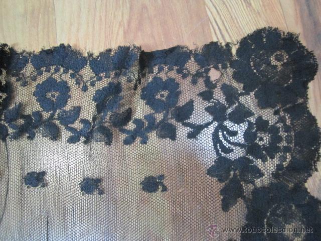 Antigüedades: Antigua mantilla rectangular de encaje negro. Medida: 103 x 49 cms. - Foto 7 - 51525493