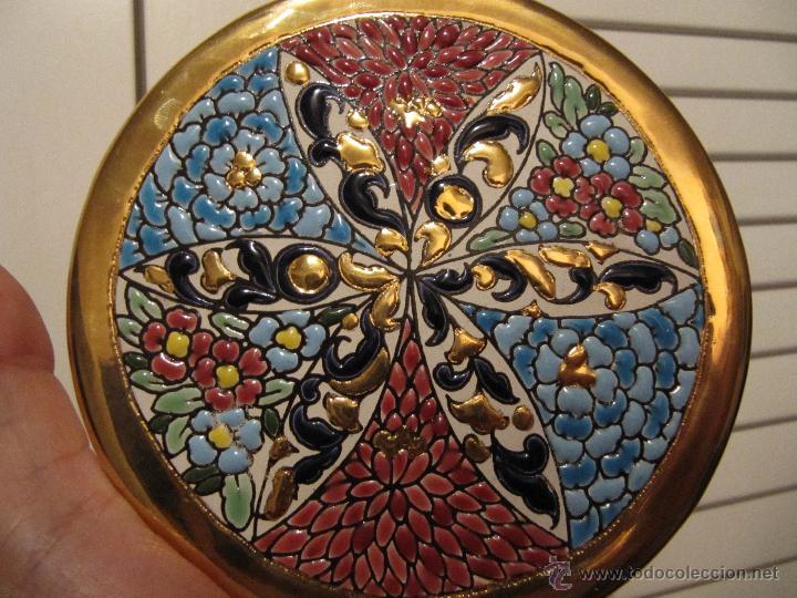 PRECIOSO PLATO PINTADO A MANO EN ESMALTE Y ORO DE LEY. ARTECER-SEVILLA-13,20CM (Antigüedades - Porcelanas y Cerámicas - Otras)