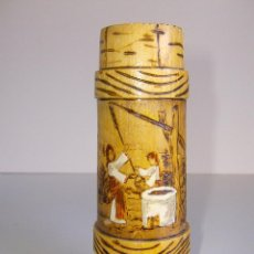 Antigüedades: JARRA DE RUMANIA HECHA EN CAÑA. DIBUJOS EN PIROGRABADO. Lote 51589378
