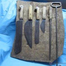 Antigüedades: ETNOGRAFICA PIEZA ANTIGUOS CUCHILLOS DE MATANZA MATANCERO TABLA DE CORCHO DE MUSEO . Lote 51630539