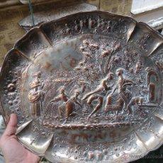 Antigüedades: ESPECTACULAR GRAN BANDEJA COBRE BAÑO DE PLATA 45 X 37 ESCENA RECOGIDA COSECHA CORTESANOS, VENDIMIA. Lote 51641158