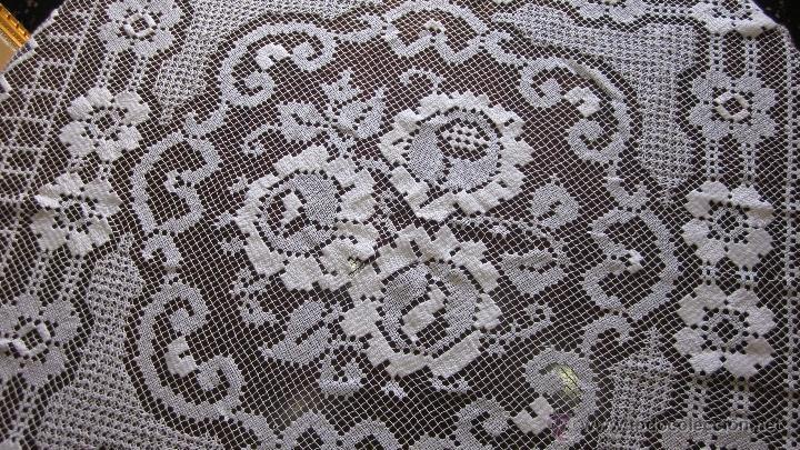 Antigüedades: Antiguo tapete de malla bordada 140 x 140 - Foto 3 - 51647473