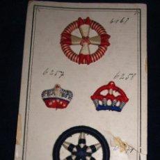 Antigüedades: CARTÓN CON CINCO INSIGNIAS MARINERAS BORDADAS .PRINCIPIOS S. XX, SIN USO. Lote 51651710