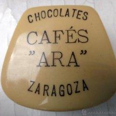 Antigüedades: ANTIGUA POLVERA Y ESPEJITO , PUBLICIDAD CHOCOLATES CAFES ARA , ZARAGOZA , ORIGINAL. Lote 57351542