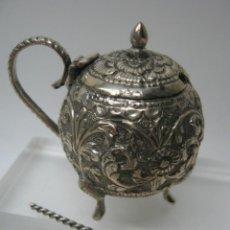 Antigüedades: ANTIGUO ESPECIERO SALERO DE MESA CINCELADO CON CUCHARITA. Lote 51717749