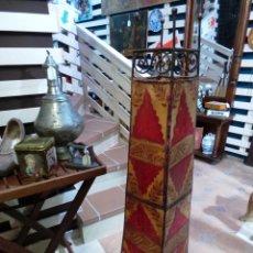 Antigüedades: LAMPARA ALTA DE SUELO MARROQUÍ EN FORJA Y PIEL. Lote 143892432