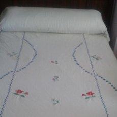 Antigüedades: COLCHA PARA CAMA INDIVIDUAL BORDADA A MAQUINA.. Lote 51806017