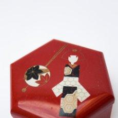 Antigüedades: CAJITA ANTIGUA DE CALAMINA CON GEISHA. Lote 51820390