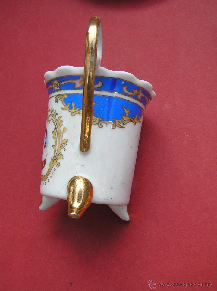 Antigüedades: JUEGO DE CAFÉ .PORCELANA, 5 tazas y 6 platos. Graciosas tazas con patitas. - Foto 17 - 89855987