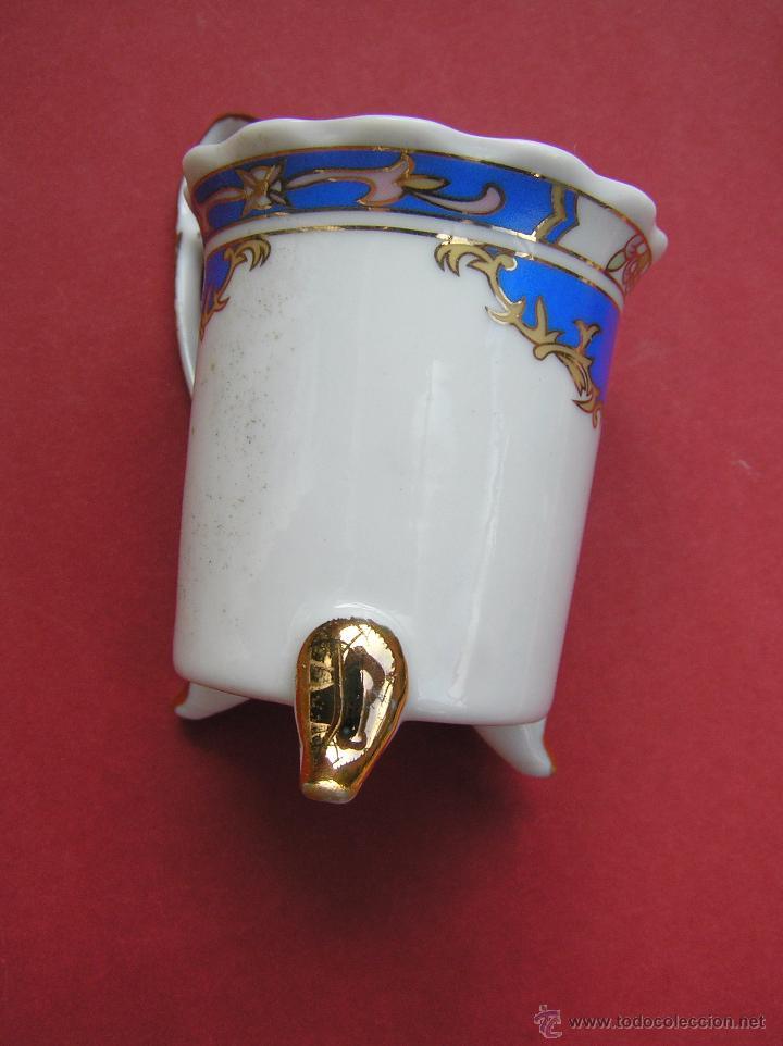 Antigüedades: JUEGO DE CAFÉ .PORCELANA, 5 tazas y 6 platos. Graciosas tazas con patitas. - Foto 18 - 89855987