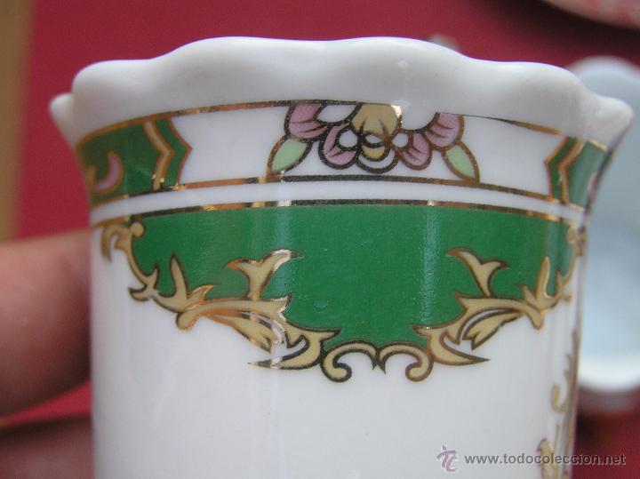 Antigüedades: JUEGO DE CAFÉ .PORCELANA, 5 tazas y 6 platos. Graciosas tazas con patitas. - Foto 26 - 89855987