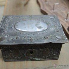 Antigüedades: JOYERO ANTIGUO EN METAL REPUJADO. Lote 51967935