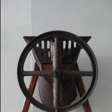 Antigüedades: MAQUINA PARA CORTA REMOLACHA ANTIGUA DE HIERRO Y MADERA MARCA ZAGA. Lote 53507494