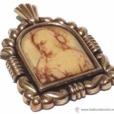 Antigüedades: ANTIGUO MEDALLON COLGANTE DE PLATA TALLADO HUESO FRONTIS LAMINADO EN ORO SIGLO XX. Lote 45412396