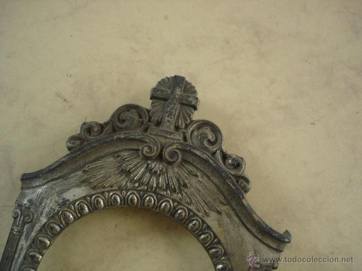 Antigüedades: ANTIGUO Y PEQUEÑO PORTAIMAGENES Y/O BENDITERA O FLORERO - LATON BAÑADO - 22 X 10 X 3 CM. - Foto 2 - 52009162