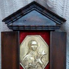 Antigüedades: MUY ANTIGUA CAPILLA DE SANTA TERESITA DEL NIÑO JESUS EN MADERA CON UNA PLACA DE ALPACA O PLATA. Lote 52153844