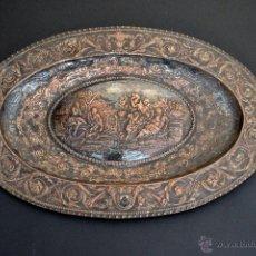 Antigüedades: EXCELENTE BANDEJA DE COBRE CINCELADO PLATEADO CON UNA ESCENA GRECORROMANO . FABRICA DE PLATERÍA Y FI. Lote 52165037