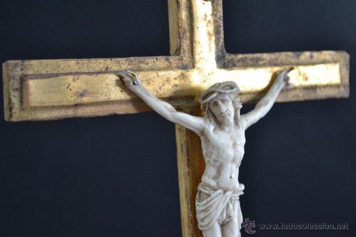 EXCELENTE CRISTO CRUCIFICADO TALLA E MARFIL O HUESO CRUZ DE MADERA SOBRE ESTUCO Y PAN DE ORO GÓLGOTA (Antigüedades - Religiosas - Crucifijos Antiguos)