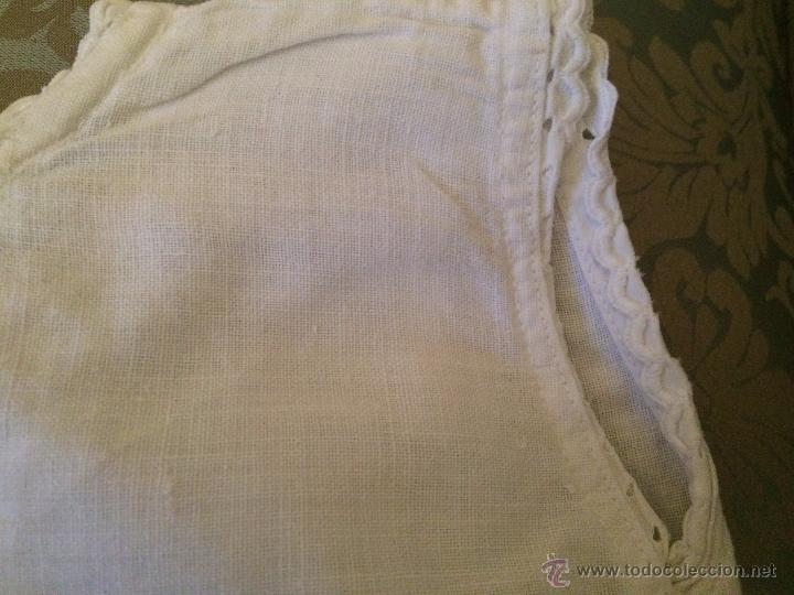 Antigüedades: Antigua camisa / camiseta de hilo blanco con los bordes bordados a mano para bebe, años 30-40 - Foto 2 - 52325324