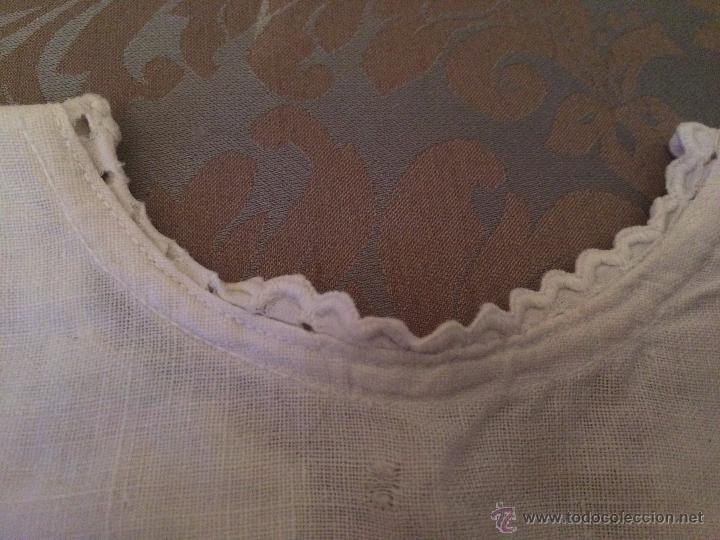 Antigüedades: Antigua camisa / camiseta de hilo blanco con los bordes bordados a mano para bebe, años 30-40 - Foto 3 - 52325324