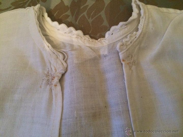 Antigüedades: Antigua camisa / camiseta de hilo blanco con los bordes bordados a mano para bebe, años 30-40 - Foto 5 - 52325324