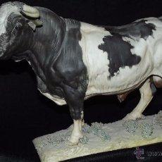 Antigüedades: TORO DE LIDIA EN AUTÉNTICA PORCELANA ALGORA DOCUMENTADA. MUY POCO FRECUENTE EN PERFECTO ESTADO.. Lote 52354997