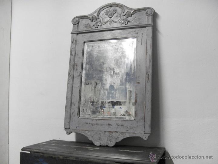 ANTIGUO ESPEJO CON MARCO TALLADO Y CRISTAL BISELADO (Antigüedades - Muebles Antiguos - Espejos Antiguos)