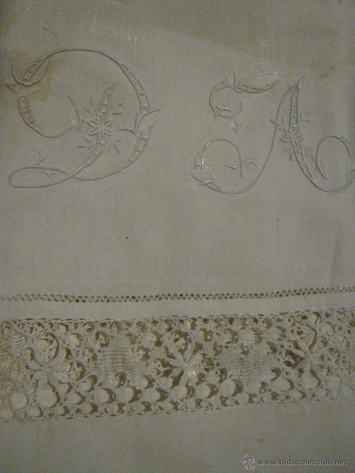 Antigüedades: ANTIGUA FUNDA DE ALMOHADA CON ENCAJE DE BOLILLO E INICIALES BORDADAS S. XIX - Foto 2 - 52365310