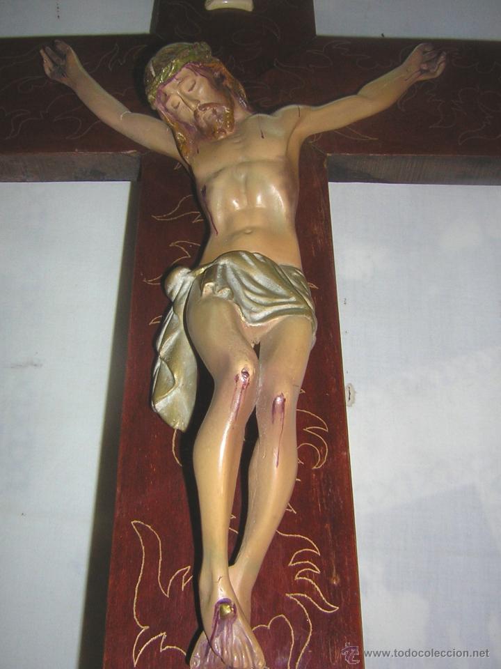ANTIGUO CRUCIFIJO DE MADERA CON IMAGEN JESUS EN ESCAYOLA POLICROMADO - CRISTO 30CM (Antigüedades - Religiosas - Crucifijos Antiguos)