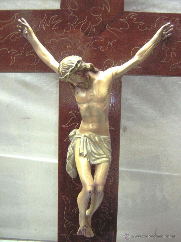 Antigüedades: antiguo crucifijo de madera con imagen jesus en escayola policromado - cristo 30cm - Foto 3 - 52380516