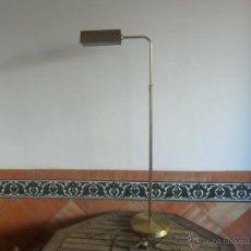 Oggetti Antichi: ANTIGUA LAMPARA DE PIE EN METAL DORADO EXTENSIBLE EN ALTURA. Lote 52391637