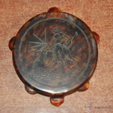 Antigüedades: ANTIGUA POLVERA DE MAQUILLAJE CON FORMA DE PANDERETA E IMITANDO AL CAREY , MOTIVO TAURINO . Lote 148891165