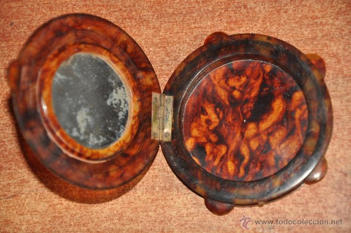 Antigüedades: antigua polvera de maquillaje con forma de pandereta e imitando al carey , motivo taurino - Foto 3 - 148891165