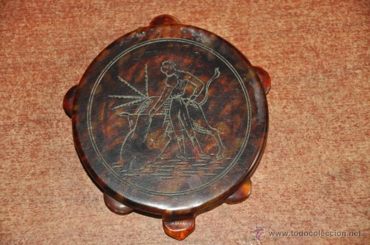 Antigüedades: antigua polvera de maquillaje con forma de pandereta e imitando al carey , motivo taurino - Foto 5 - 148891165