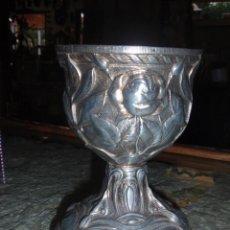 Antigüedades: CÁLIZ O COPA ANTIGUA DE METAL PLATEADO. CON TALLAS DE ROSAS Y VEGETACIÓN.. Lote 52447828