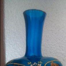 Antigüedades: ANTIGUO JARRON D COLOR AZUL, SOPLADO Y PINTADO A MANO EN ORO, AÑOS1920. Lote 52462734
