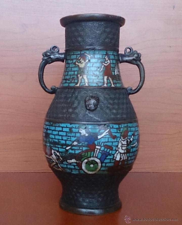 Antigüedades: Jarrón antiguo Chino champleve en bronce cincelado con motivos en cloisonné y seres mitologicos . - Foto 5 - 52463431