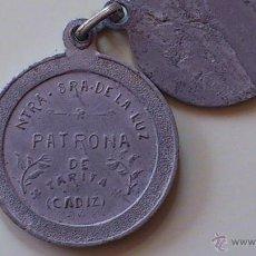 Antigüedades: MEDALLA ALUMINIO NUESTRA SEÑORA DE LA LUZ TARIFA CADIZ 27MM CON OTRA MEDALLA REGALO QUE VENIA JUNTA. Lote 52479843