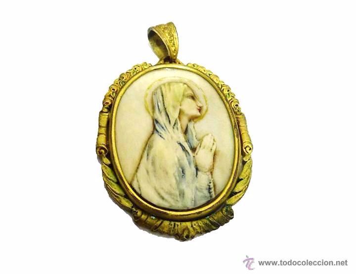 ANTIGUO MEDALLON COLGANTE VIRGEN POLICROMADA -MEDIADOS SIGLO XX (Antigüedades - Religiosas - Medallas Antiguas)