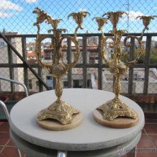 Antigüedades: MAJESTUOSA PAREJA DE CANDELABROS DE BRONCE Y BASE DE MARMOL GRAN TAMAÑO Y MUCHO PESO. Lote 52574865