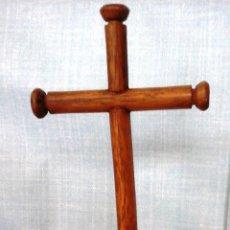 Antigüedades: CRUCIFIJO Y CRISTO. VIEJO. EN MADERA TORNEADA. . Lote 52575130