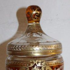 Antigüedades: BOMBONERA FRANCESA EN CRISTAL TALLADO - DORADA Y ESMALTADA A MANO - SIGLO XIX. Lote 52596298