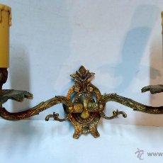 Antigüedades: APLIQUE BRONCE DE PARED CON 2 BRAZOS. ELECTRIFICADO. MEDIADOS S.XX.. Lote 52624472