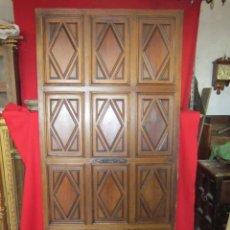 Antigüedades: PUERTA DE MADERA INTERIOR CON CUARTERONES CON DIBUJO DE ROMBOS.. Lote 52627509