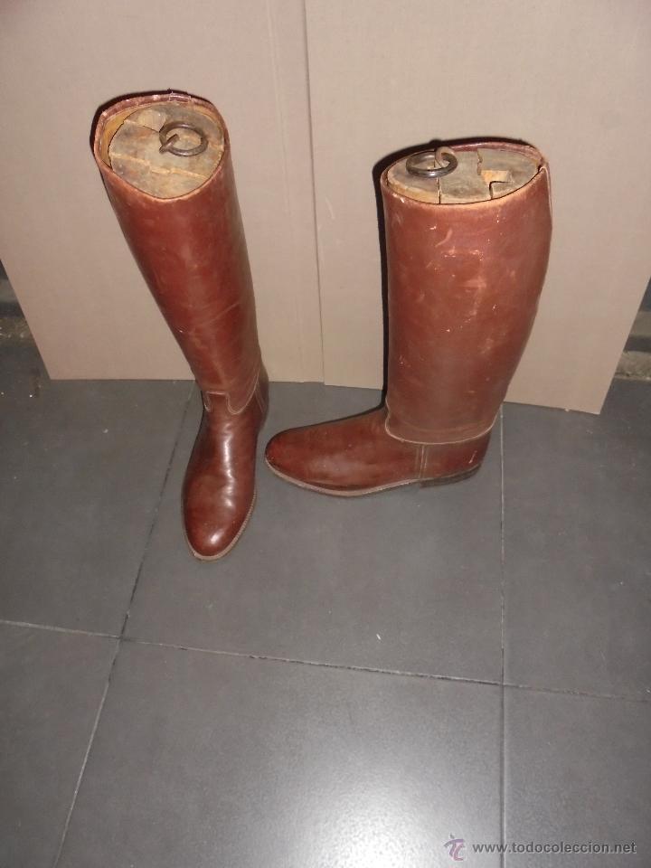 Antigüedades: (M) ANTIGUAS BOTAS DE PIEL PARA MONTAR CON SUS HORMAS DE MADERA . - Foto 3 - 213388657