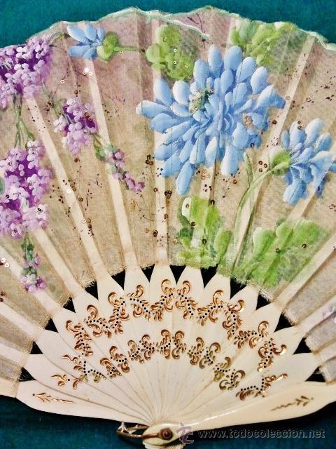 Antigüedades: Bonito abanico de hueso y flores pintadas en azul y malva de principios del s. XX. Perfecto estado. - Foto 2 - 52643829