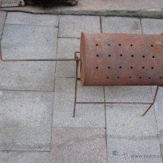 Antigüedades: ASADOR DE CASTAÑAS CON SOPORTE DESMONTABLE - MEDIDAS TAMBOR 50X33 COMPLETO Y EN USO + INFO. Lote 52692152