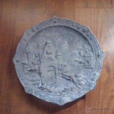 Antigüedades: MUY ANTIGUO PLATO RELIEVE EN METAL IMAGENES MEDIEVALES. Lote 52760037