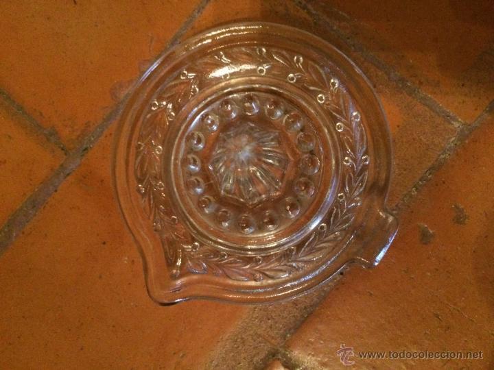 Antigüedades: Antigua exprimidor de naranjas de cristal moldeado transparente años 30 - 40 - Foto 2 - 218090247