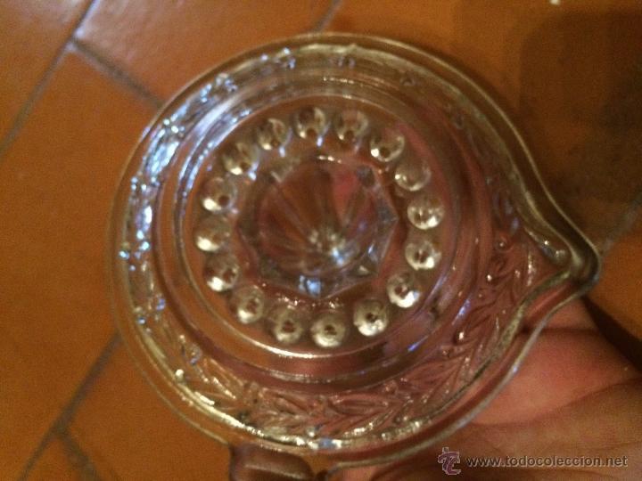 Antigüedades: Antigua exprimidor de naranjas de cristal moldeado transparente años 30 - 40 - Foto 4 - 218090247